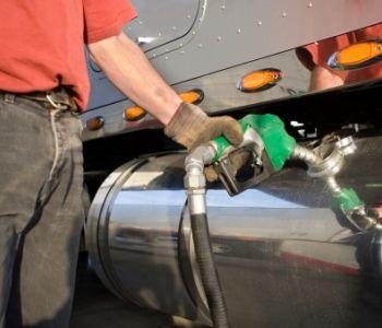 Motorista que só acompanhava abastecimento de caminhão não receberá adicional