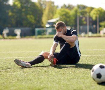 Jogador de futebol obtém estabilidade no emprego após lesão